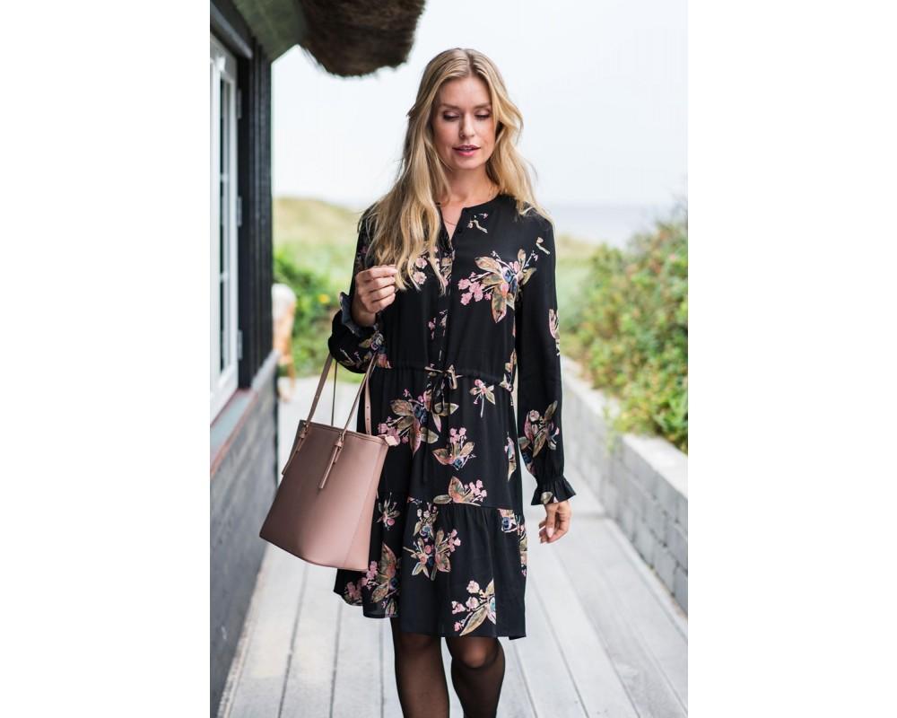 sort kjole in front
