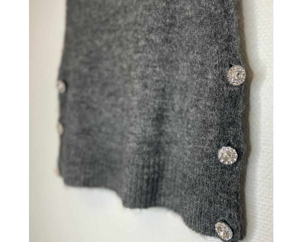grå strikvest yas